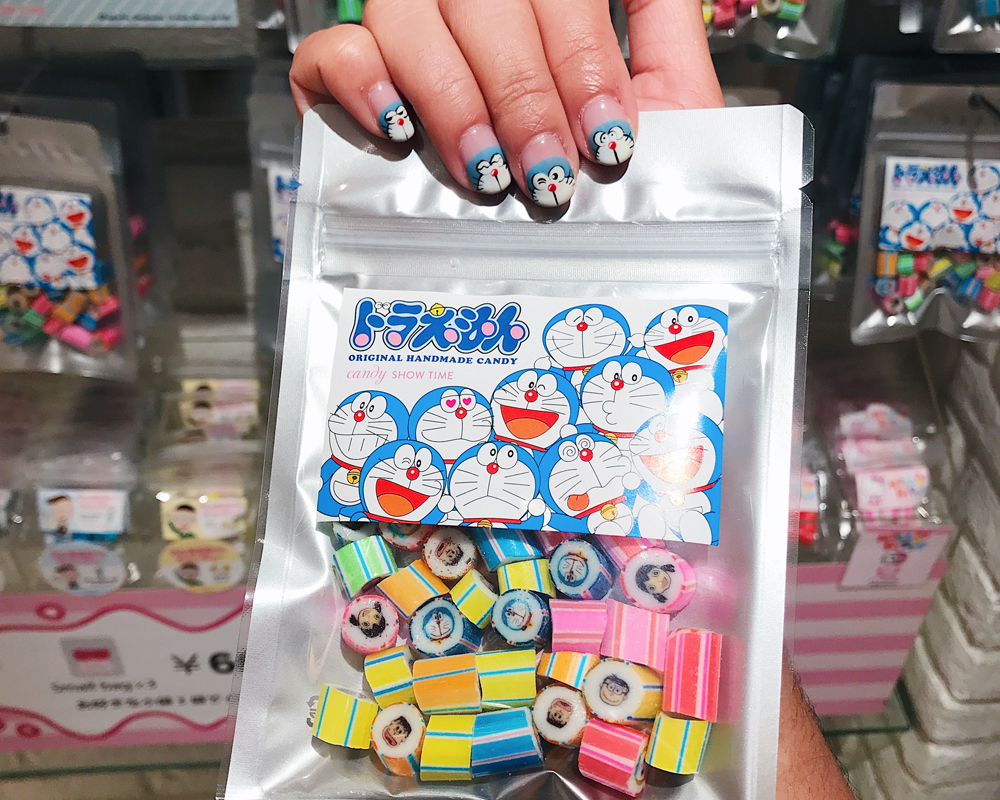I found a Doraemon candy that matched my manicure!